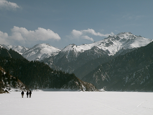 Yann, Alessandro y Daniel caminan sobre el lago congelado de Tian Chi. Mi galería de fotos está aquí: http://www.flickr.com/photos/temoris/sets/72157616136903621/show/